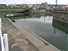 巴川と大谷川放水路の分岐点