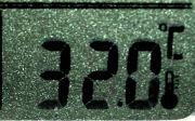 卓上時計の温度計は32℃を表示
