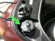 レッツ4の燃料タンクキャップ(緑矢印)