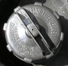 交換前の燃料キャップ
