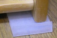 CDラックの転倒対策(ラックの前部の床面にスペーサーを入れ、ラック全体を壁側に傾ける)