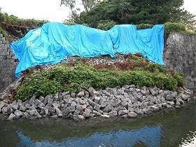 県庁前(御幸通り沿い)の外堀の石垣の崩落 (2009.08.16)