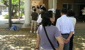 投票所の小学校の体育館前に行列ができていた