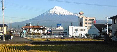 今朝の富士山はだいぶ雪をかぶっていました