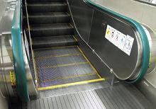 JR 大宮駅 在来線ホームのエスカレータの手すり