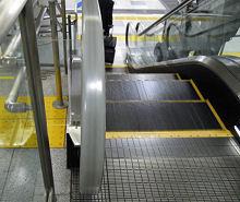 JR 東京駅 東海道新幹線通路のエスカレータの手すり