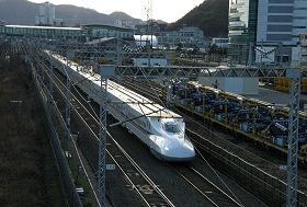 JR東静岡駅付近を通過する新幹線 (後ろに見える建物が東静岡駅、奥が静岡駅方向)