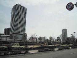 手前の高層ビルが住居も含めた複合施設、奥がマンション