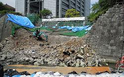 県庁前(御幸通り沿い)の外堀の石垣の修復工事