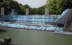 駿府公園 県庁前の内堀の石垣の修復工事 (撮影 2010.05.17)