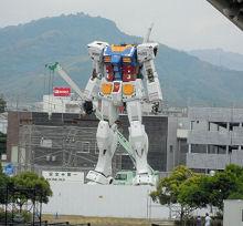 JR東静岡駅北口から見た組み立て中の等身大ガンダム