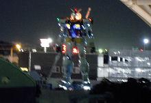 JR東静岡駅北口から見た照明テスト中の等身大ガンダム