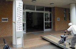 投票所の小学校の体育館