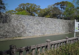 駿府公園 県庁前の内堀の石垣の崩落 (2009.08.16)