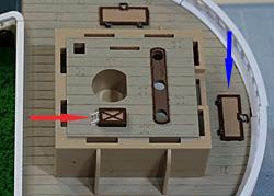 ウソップ工場支部(赤矢印)と生簀への魚の投入口(青矢印)