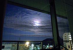 病室から見る十四夜の月 2011.07.15 02:33