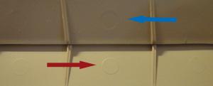 フラップ内側の凹(青矢印)と凸(赤矢印)
