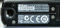 代用品のネジ3本を取付けた COOLPIX S640 の底面