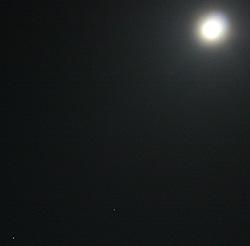 満月と土星とスピカ 2012.04.06 20:31 静岡市葵区 東の空
