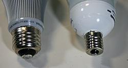 電球の代表的な口金 E-26(左)とE-17