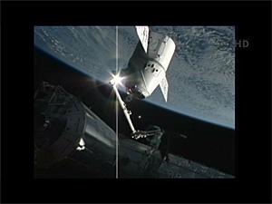 ISSのロボットアームがドラゴンをキャッチアップ(NASA TVから画像引用)