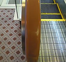 浜松駅北口前にあるホテルクラウンパレス浜松のエスカレータの手すり