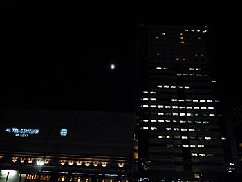 月齢10の朧月 2012.09.26 18:24 JR静岡駅南口 東南の空