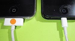 ケーブルのiPhone側コネクター 左:iPhone4 右:iPhone5
