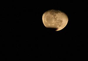 月齢19の月(更待月) 2013.01.01 21:04 静岡市葵区平野部の東の空