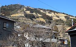 東山集落から見る粟ヶ岳山頂付近の「茶」文字