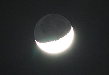月齢 5.7の月の地球照 2013.03.17 20:31 静岡市葵区平野部の西の空
