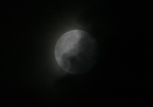 十四夜の月 2013.04.26 00:40 静岡市葵区平野部 南の空