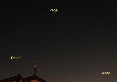 ベガとアルタイル、デネブ 2013.07.07 20:08 静岡市葵区平野部 東北東の空
