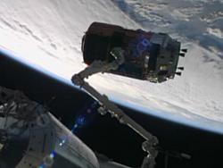 ISSのロボットアームにキャッチアップされたこうのとり4号機(NASA TVから画像引用)
