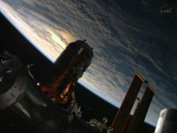 ISSにドッキング中のこうのとり4号機(NASA TVから画像引用)