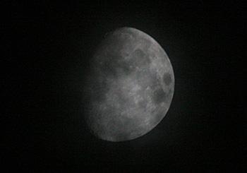 月齢 10.1の月 2013.09.15 20:51 静岡市葵区平野部 南の空