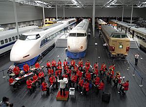 左から100系、0系新幹線、381系特急「しなの」の先頭車両