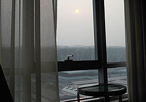 上海浦東国際空港第二ターミナル越しの霞む朝日 2014.03.11
