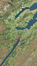 ネス湖の航空写真 丸印が白い影が写っている位置  (iPhoneのApple マップから画像引用)