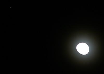月齢12.2の月と火星 2014.05.11 19:28 静岡市葵区平野部東の空