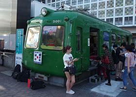 渋谷駅前の東急5000系電車(通称:青ガエル)