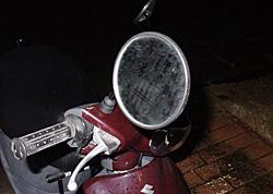 ゆるんだ原動機付き自転車のバックミラー