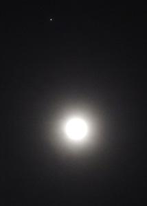 月齢 15.0の月と木星 2015.02.04 22:38 静岡市葵区平野部 南南東の空高く