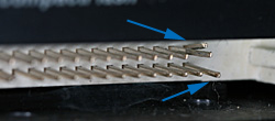 ピンが曲がったコンパクトフラッシュリーダーの接点(矢印のピン)