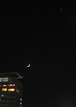 月齢 3.3の月と金星 2015.05.21 20:01 静岡市葵区平野部 西の空