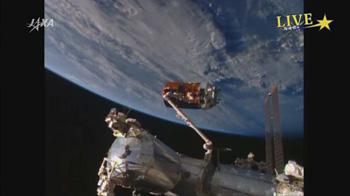 ・ ISSのロボットアーム(SSRMS)にキャプチャーされたこうのとり5号機 ※ 宇宙航空研究開発機構のライブ中継から引用