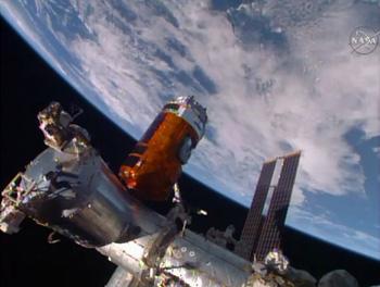 ISSとドッキング作業中のこうのとり5号機 ※ NASA TVから画像引用
