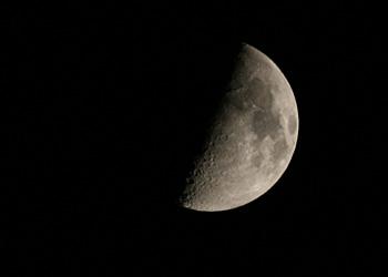 上弦の月(月齢 8.3) 2015.09.21 19:46 静岡市葵区平野部 西の空