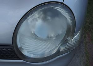 くもって中のランプがよく見えなくなったヘッドライトカバー