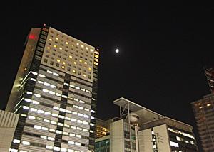 上弦の月 JR静岡駅